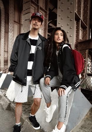 ジャケット 各¥17,280 Tシャツ 各¥4,212 (左)ショートパンツ ¥6,372 (右)スウェットパンツ ¥8,532(全て税込)