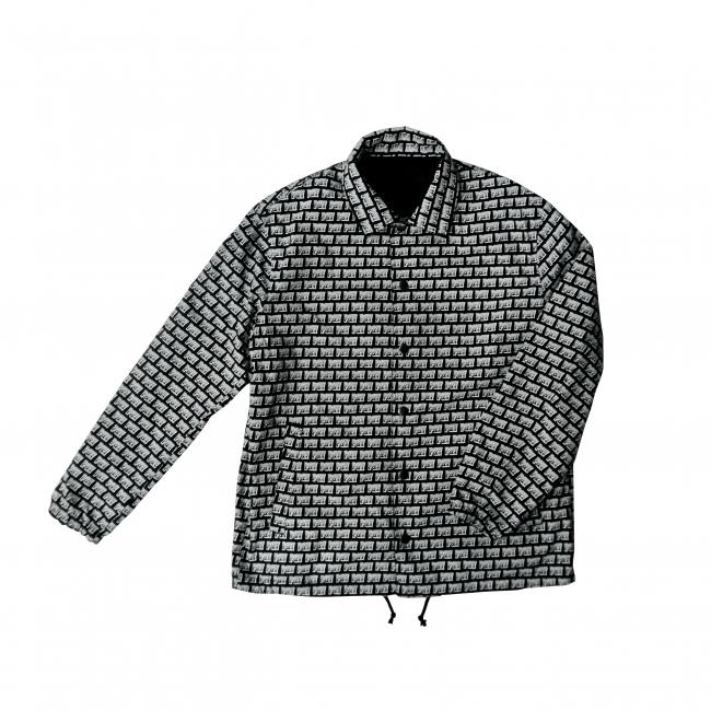 ジャケットは黒無地と前面ロゴのリバーシブル仕様
