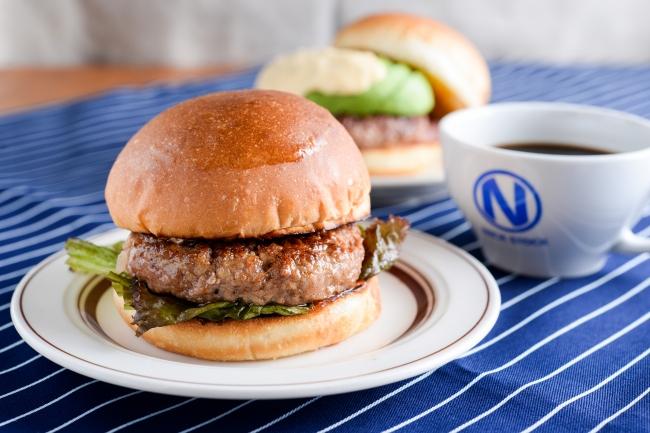 『NICKバーガー』お好きなドリンク+100円(税別)。熟成牛を練りこんだパテを使用した肉汁溢れる本格派。