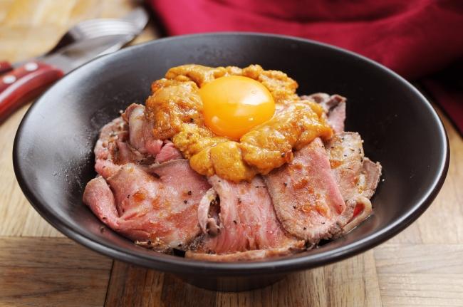 【うに×肉】とろける3つの食材が織りなすハーモニー『雲丹ローストビーフ丼』