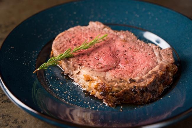 時間をかけてじっくり火入れした塊肉をお一人様から気軽にお楽しみいただけます。