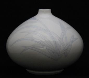 井上萬二作「白磁染麦彫文 壷」