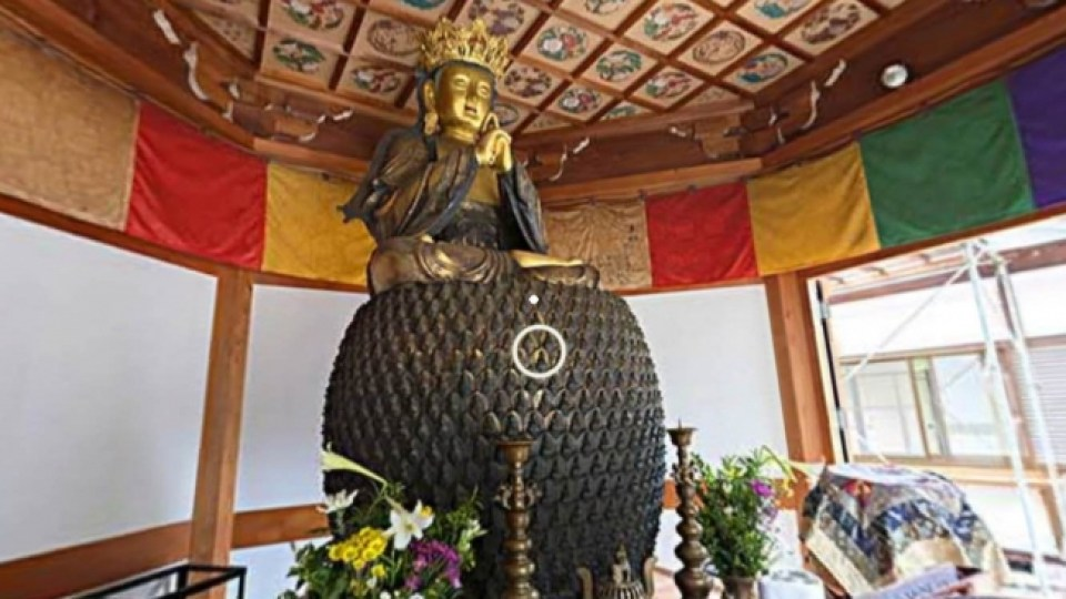 五郎丸ポーズに似た印相をした大仏のいる関善光寺大日堂内