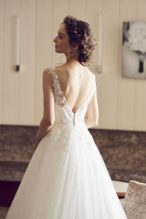 大胆なカッティングと繊細な刺繍が魅力のブラスオリジナルドレス