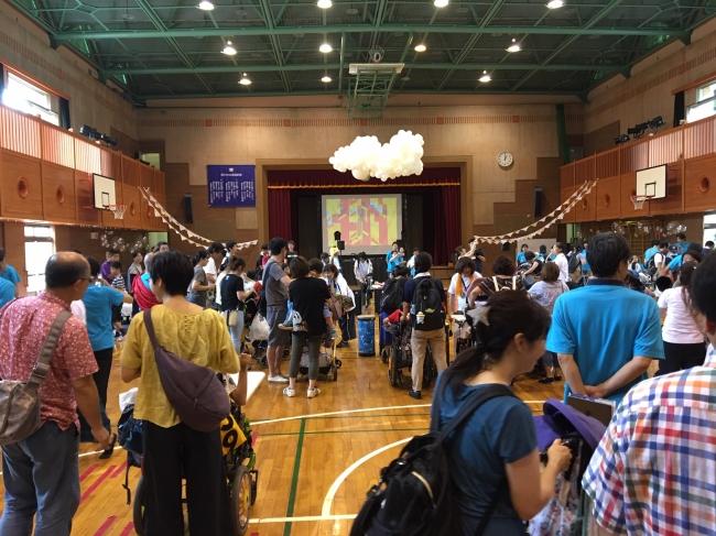開会式の開始を待つ体育館の様子