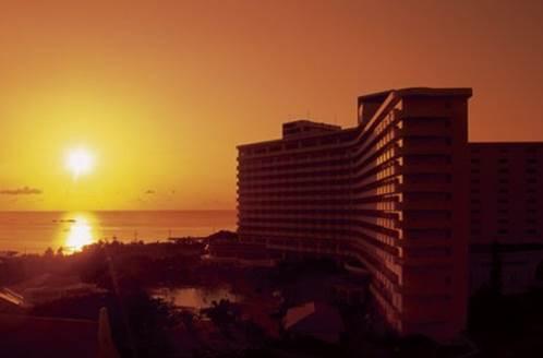 2位 沖縄県「沖縄残波岬ロイヤルホテル」と沈む夕日。