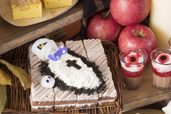 ミイラが寝そべる「モンブランケーキ」に目玉の「パンナコッタ」