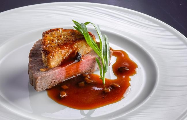 バイキング&カクテルラウンジ トップ オブ ミヤコ「牛フィレ肉のポワレ フォアグラ添え トリュフソース」