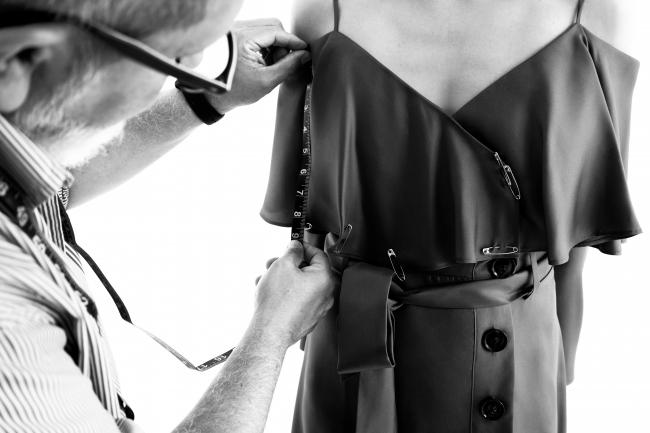 バナナ・リパブリック with オリヴィア・パレルモ、コラボレーションドレス 制作イメージ