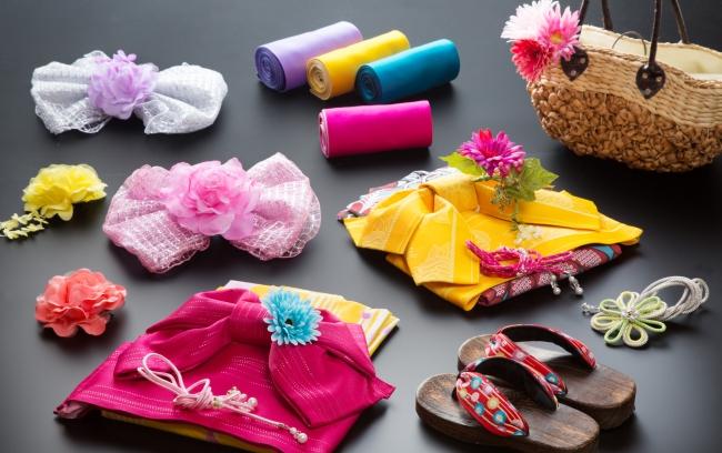 街歩きが楽しくなるサービスとして、色浴衣貸出に合わせ、花草履、日傘、バック、髪飾りも無料で貸出