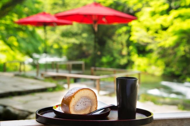 鶴仙渓川床では、山中温泉出身の道場六三郎氏がレシピ考案した川床ロールなどのスイーツがの楽しめる