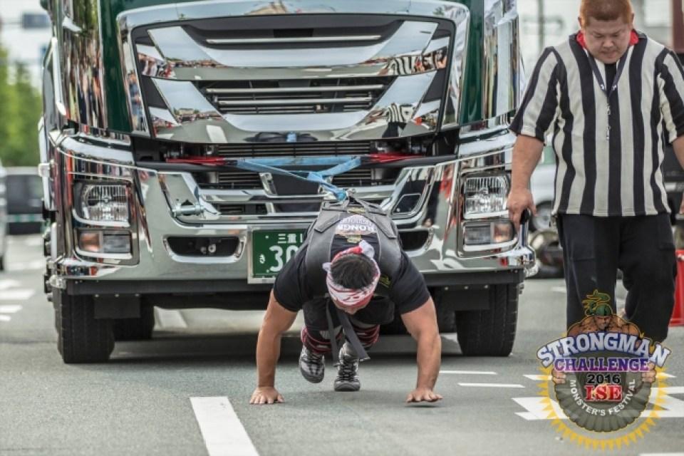 """ストロングマンチャレンジ「モンスタークラス」公式種目""""トラックプル""""15トンの大型トラックをたった一人で引っ張る!!"""