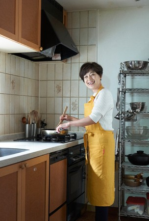 家庭料理研究家、  60歳を目の前にして、  悩む、  悩む。  50代に突入したころから、  少しずつ「料理がめんどくさい」と思うようになった。