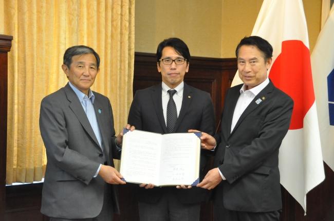 調印記念撮影 和歌山県知事(左)・渡邉社長(中央)和歌山市長(右)