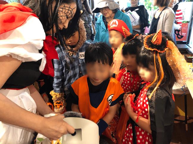 10月20日に新富町商店街でハロウィンパーティーを兼ねて開催された「こゆ夕市」では、  仮装した多くの子どもたちが「エミーウォッシュ 」を体験しました。