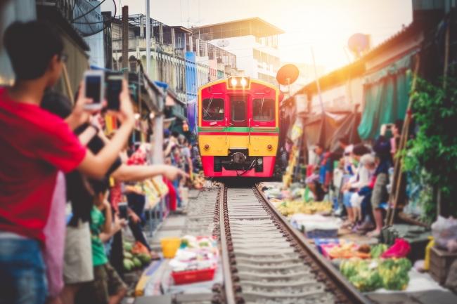 とんでもない場所に市場つくったな… 「メークロン市場」を列車に乗って通過する/タイ
