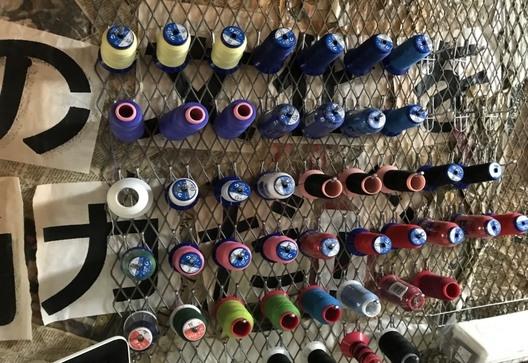 ▲赤や青系の糸が多いのは、 石岡さんのこだわりでしょうか。