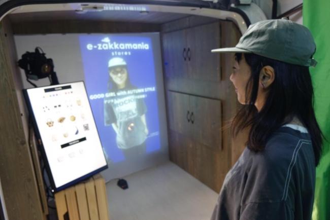 参加者は車内にセッティングされたデジタルサイネージを使いバーチャルスタイリングを体験!体験後には記念撮影も!