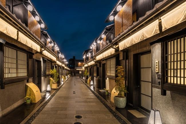 「Nazuna 京都 椿通」路地 レセプション棟を抜けると広がる艶やかな空間