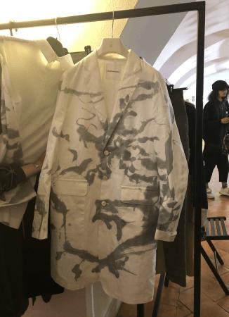 ショーのバックヤードにかけられた堂本剛の墨絵をデザインした服