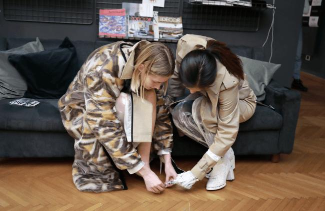 スーパーモデルに大山式の新製品の装着を教える高橋ユウ