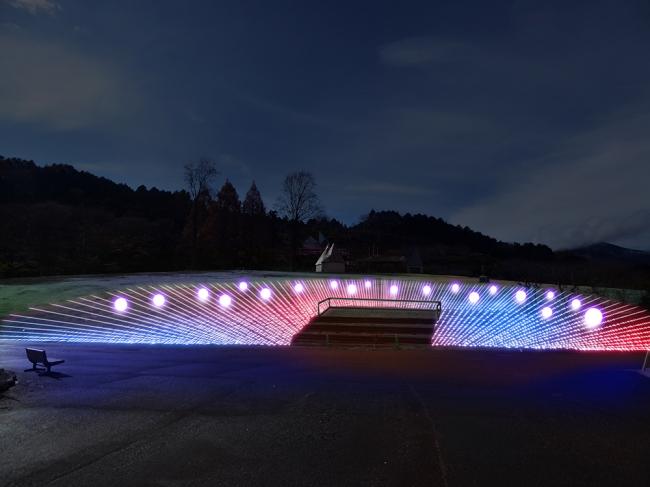 広大な斜面を彩る3色の光。音楽とともに ダイナミックなショータイムをお楽しみいた だけます。