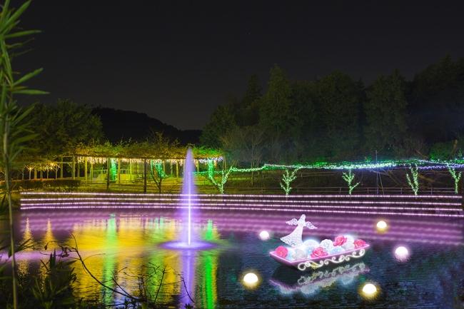 バラの妖精が誕生する神秘の水辺に、美しい 花と光に彩られた妖精の小舟が浮かびます。