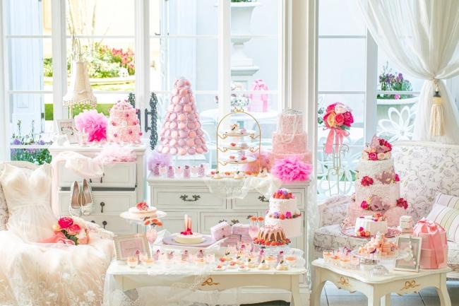 """▲同期間、スイーツレストラン「スカラ テラス」では、ピンク色のスイーツたちを好きなだけお楽しみいただける""""マリーアントワネットのSWEETS PALACE""""を開催"""
