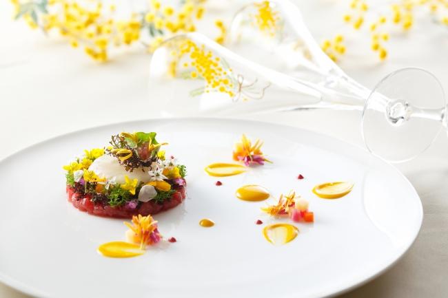 前菜:鮪のタルタルと白身魚のカルパッチョのドームをミモザリースのイメージで