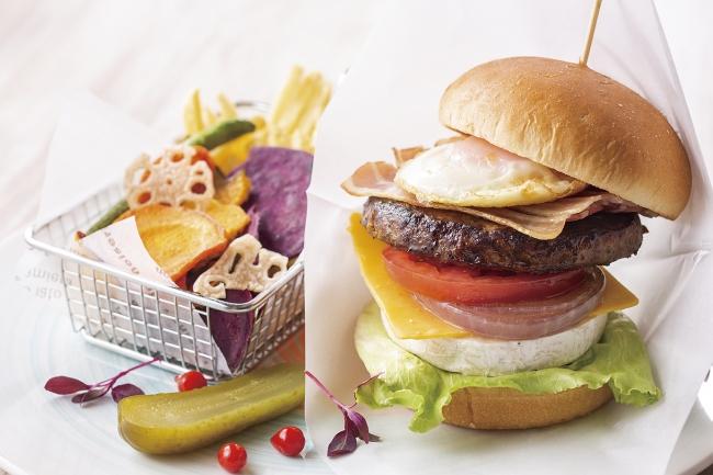 国産牛のBLTダブルチーズバーガー フレンチフライとベジチップス添え
