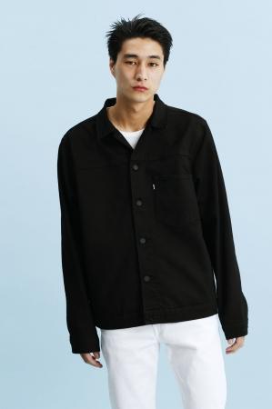 トラッカージャケット ¥11,880(税込) Tシャツ ¥3,240(税込) デニム ¥7,560(税込)