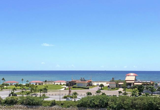 イーアス沖縄豊崎から、 ちゅらSUNビーチを望む景色