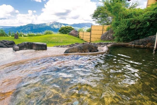 阿蘇五岳が眼前に広がる「ホテルグリーンピア 南阿蘇」の露天風呂