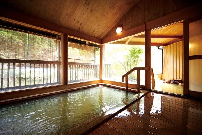露天風呂が隣接した「大丸旅館」の男性用浴場