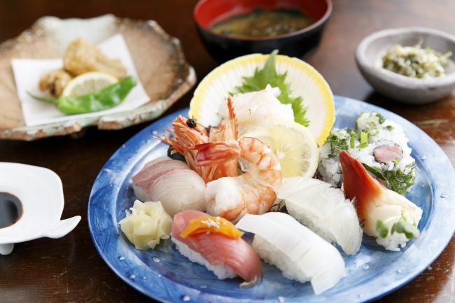 「魚料理の店 達」の「お昼だけ寿司定食」(1620円)
