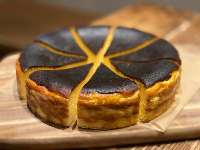 チーズとクリームと卵のみで作り、表面を焦がした「バスクチーズケーキ」
