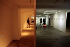 「廊下」 木材、ドアノブ、部屋、他撮影:大田晃、山倉一樹