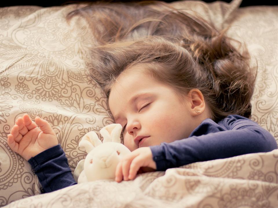 niña durmiendo plácidamente