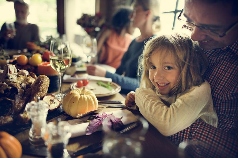 girl-thanksgiving-family