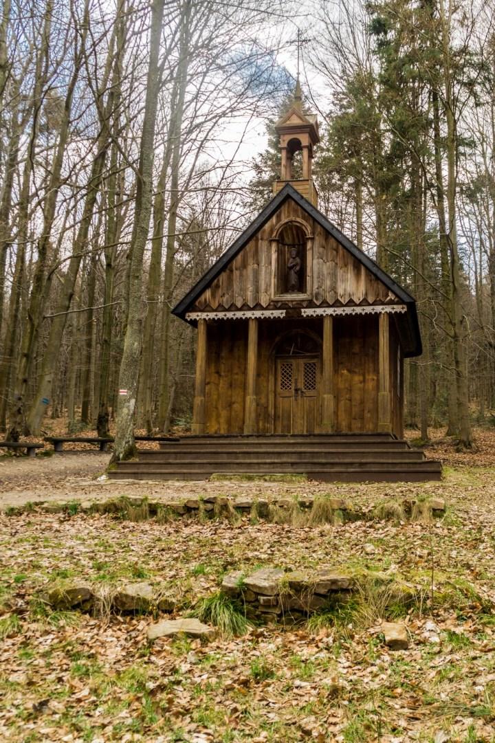 drewniana kaplica w lesie