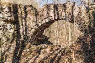 łukowaty most w lesie
