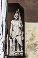 kamienna figura na murach kamienicy
