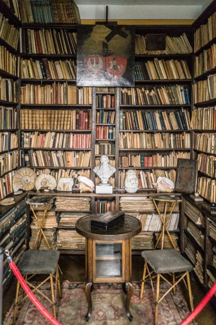 stare książki porozkładane na półkach