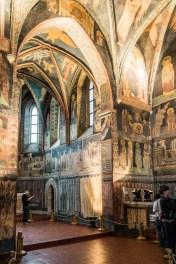 wnętrza kaplicy bogate malowidła ścienne
