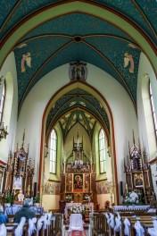 nawa główna w kościele neogotyckim