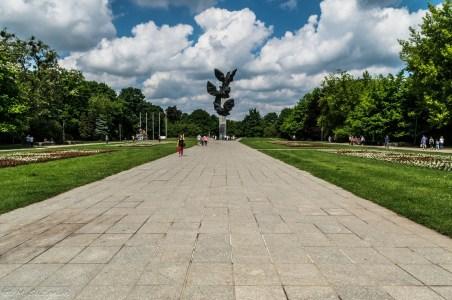 chodnik zakończony pomnikiem