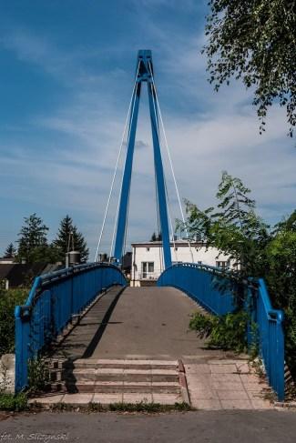 niebieski most nad rzeczką
