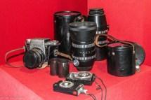 stary aparat fotograficzny i osprzęt do niego