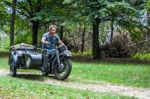 motocykl jadący po lesie