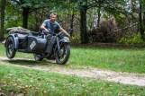 dynamiczna jazda motocyklem po lesie